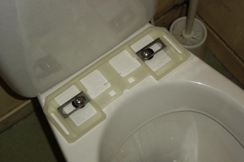 fille bourre au toilette